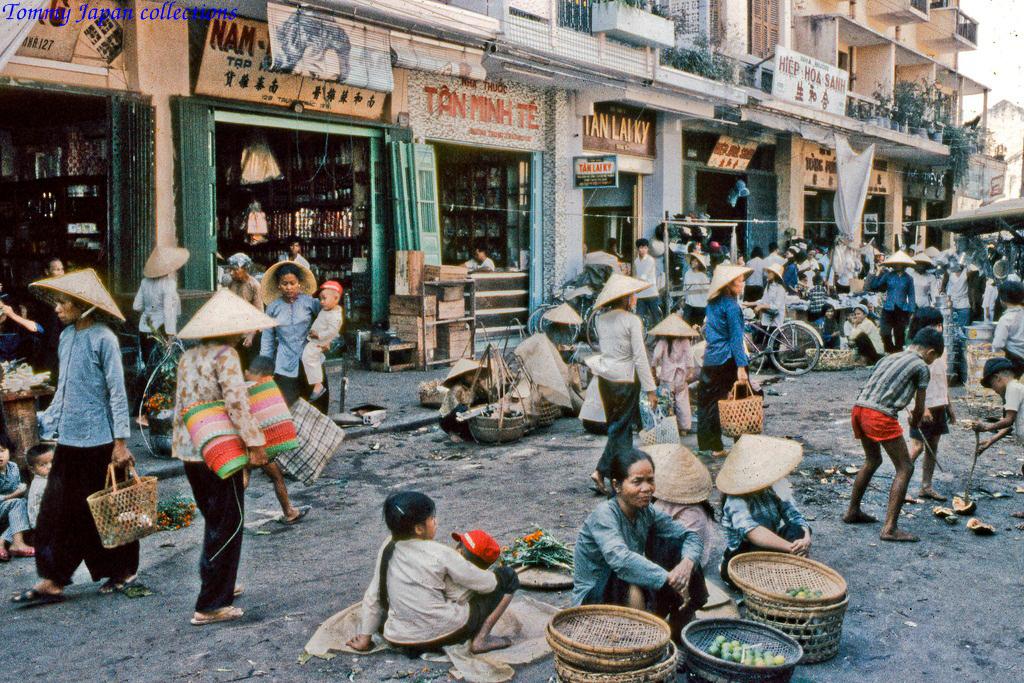 Đường Trưng Trắc nhộn nhịp bán hàng ở chợ Mỹ Tho năm 1969   Photo by Lance Cromwell