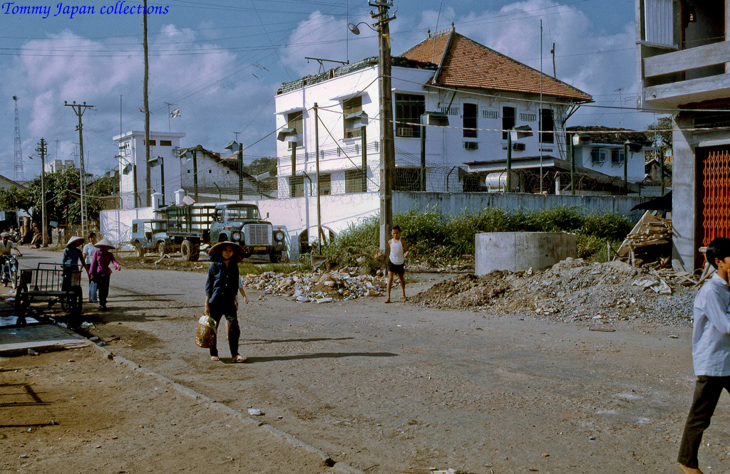 Đường Nguyễn Huệ trước tòa nhà đại sứ quán Mỹ Tho tháng 12 năm 1968   Photo by Lance Cromwell