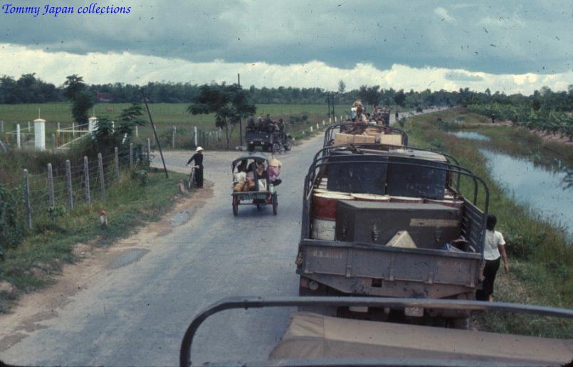 Đường quốc lộ đông đúc ở Châu Đốc năm 1965   Photo by Robert D