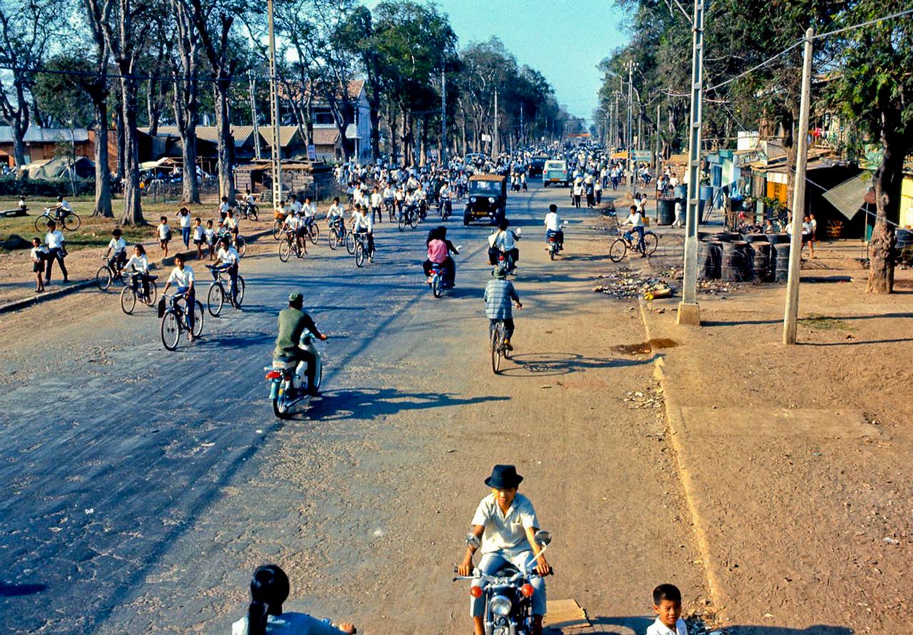 Giao thông đông đúc trên đại lộ 5 Hùng Vương tháng 3 năm 1969   Photo by Lance Nix