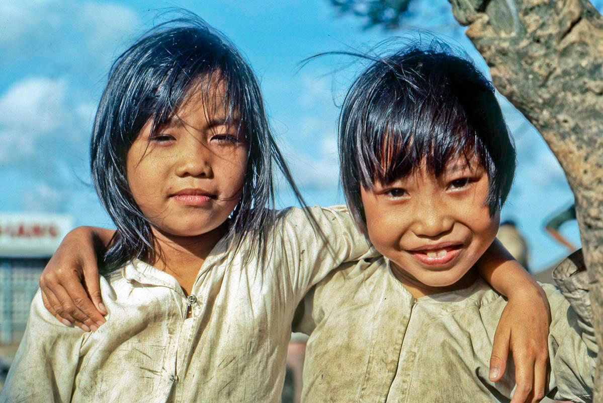Hai bé gái chụp hình gần bờ sông Mỹ Tho