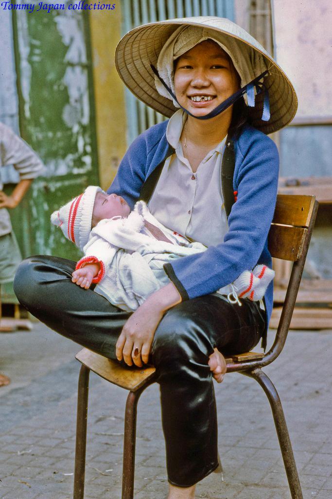 Hai mẹ con ở chợ Mỹ Tho năm 1969   Photo by Lance Cromwell
