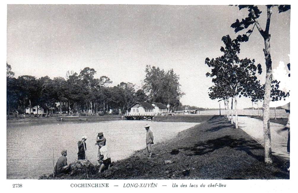 Hồ Nguyễn Du (Phía xa là sông Hậu)