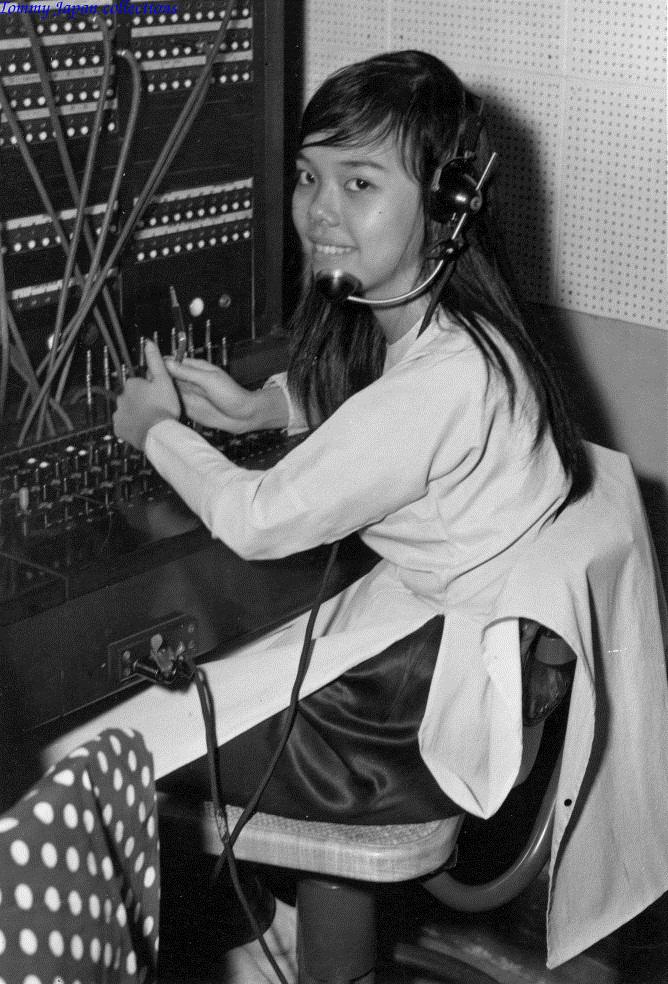 Một cô gái đang kết nối thông tin tại CRORDS thuộc quân đoàn 4 ở Cần Thơ năm 1970