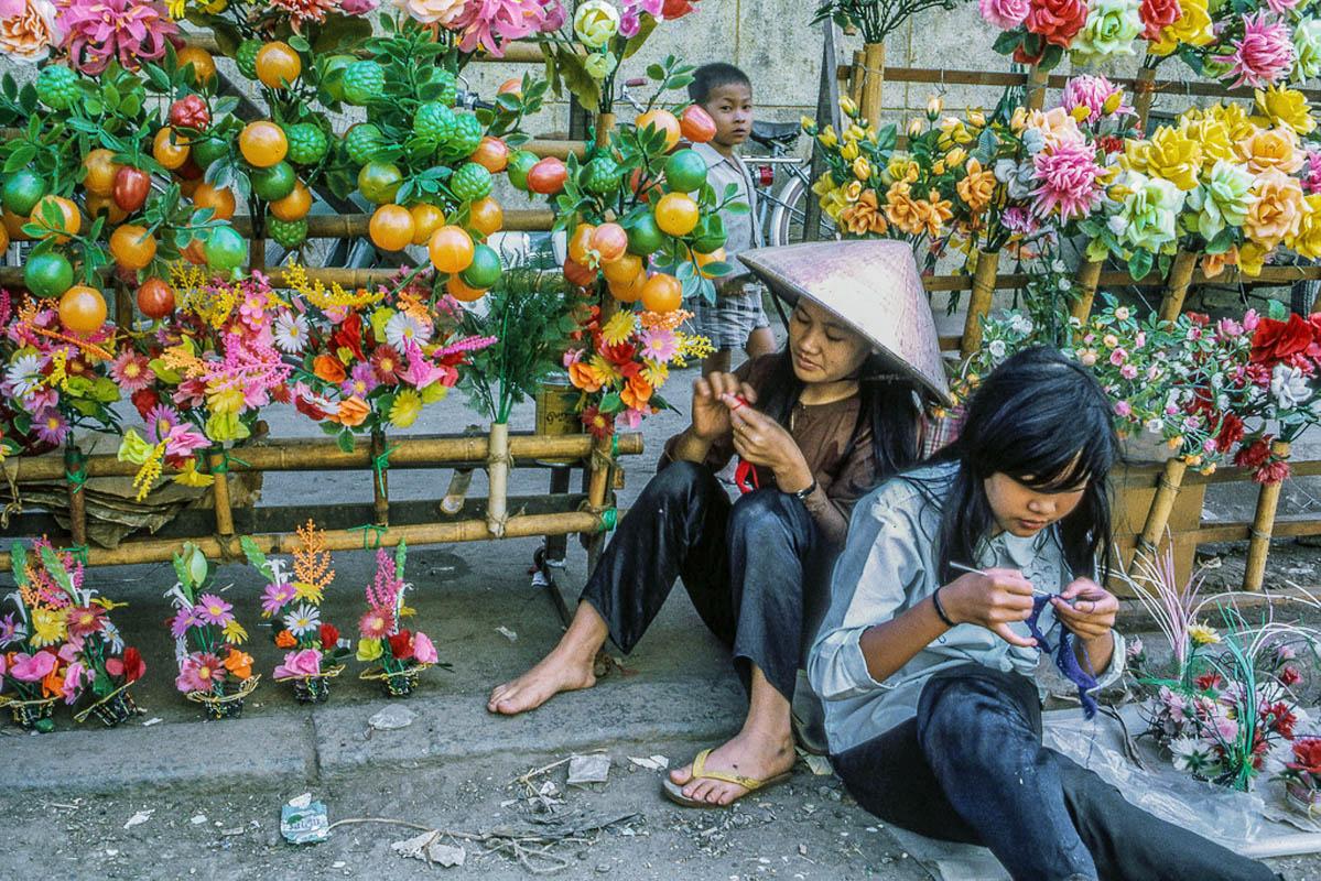 Hoa và trái cây bằng nylon để chưng Tết
