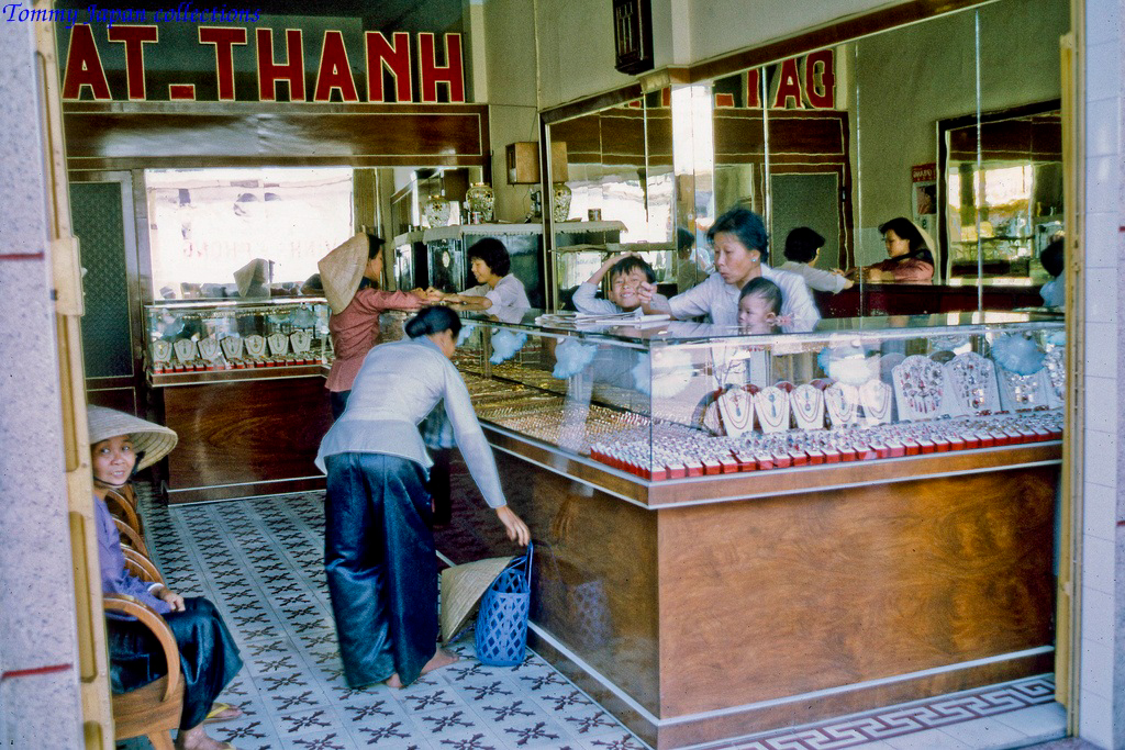 Tiệm vàng ở Mỹ Tho năm 1969   Photo by Lance Cromwell