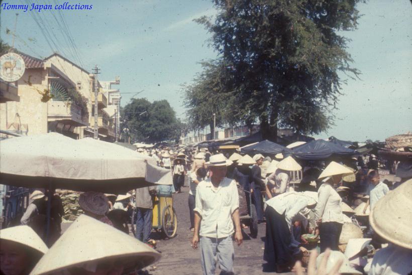 Khu chợ tại Long Xuyên - An Giang năm 1965   Photo by Robert D