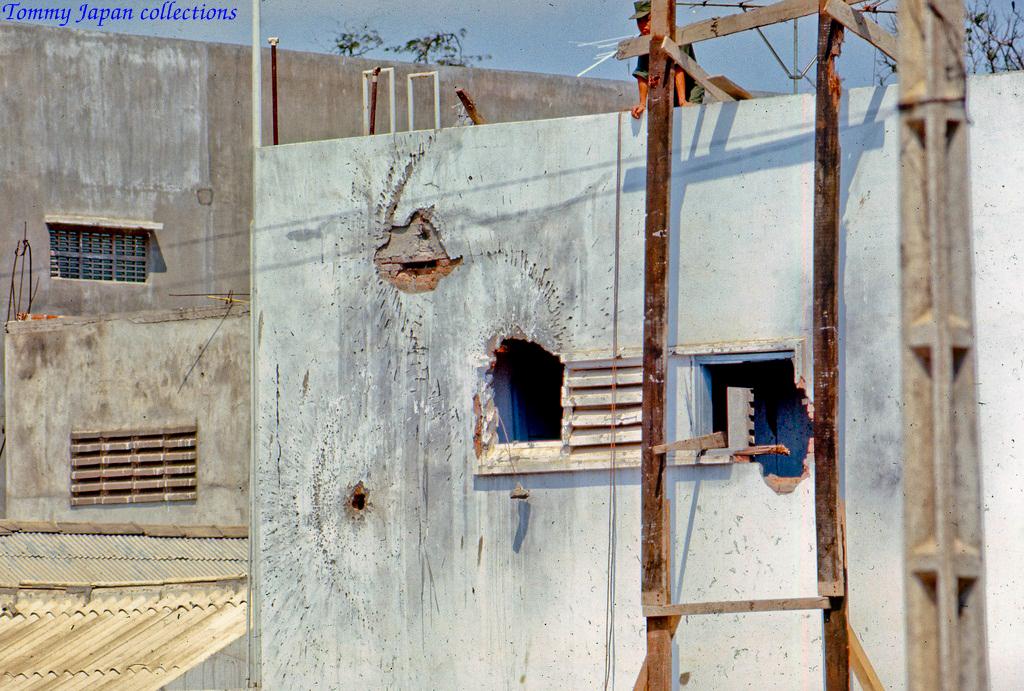Kiến trúc tòa nhà đại sứ quán Mỹ Tho với những lỗ lớn do bị Rocket bắn vào trước đây