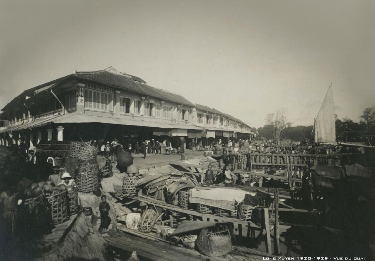 Nhìn từ cầu cảng ở chợ Long Xuyên thập niên 1920s