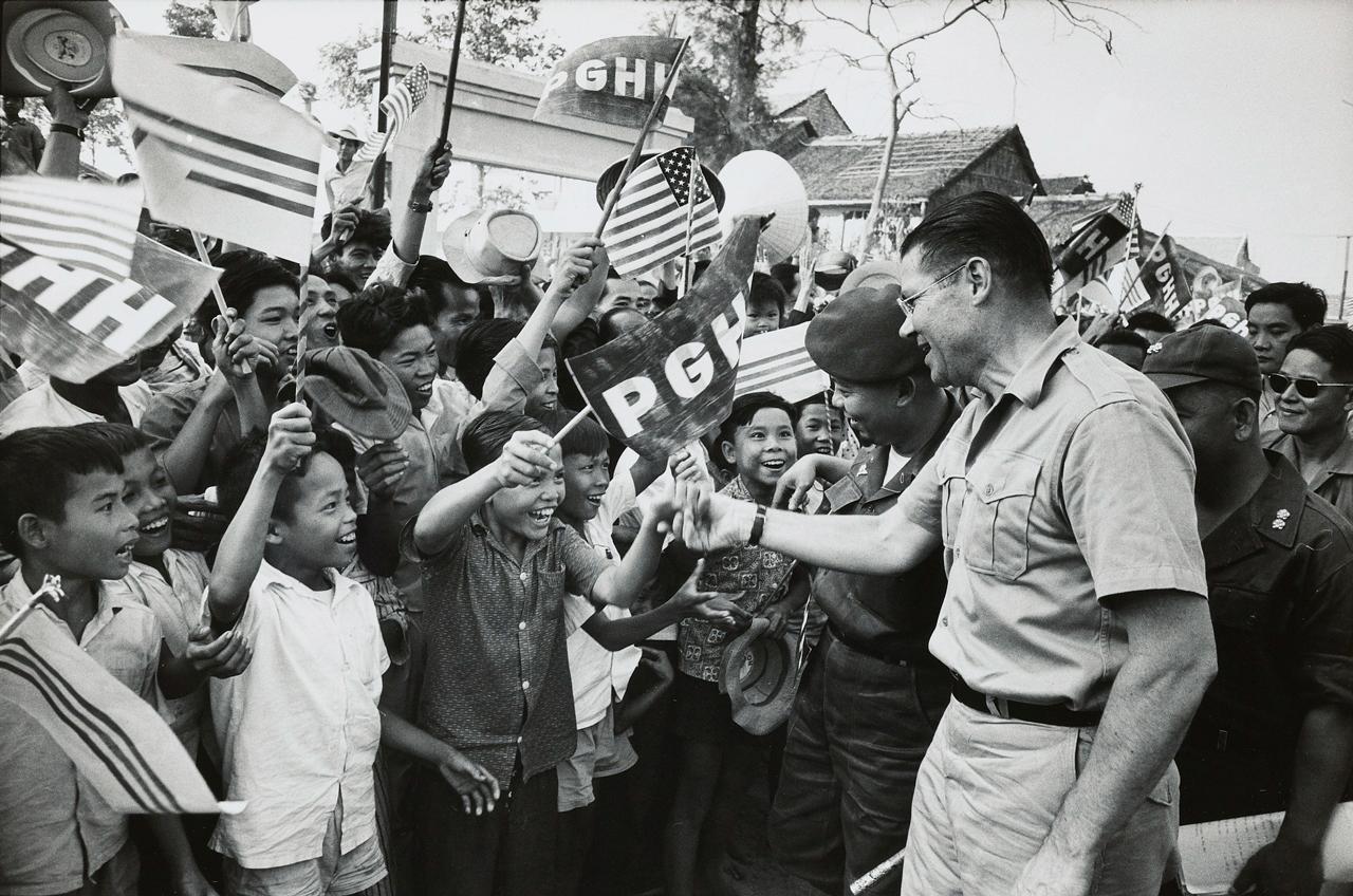Tướng Mỹ McNamara và Thủ Tướng Nguyễn Khánh thăm vùng đồng bào Phật giáo Hòa Hảo