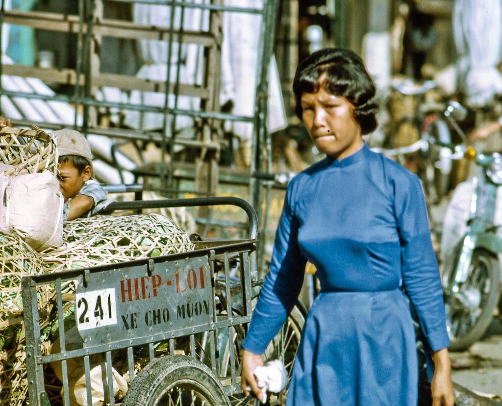 Một phụ nữ mặc áo dài đi chợ Mỹ Tho