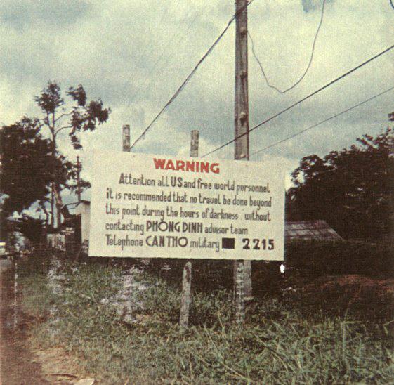 Biển báo nằm ngay phía bên kia đường của một trại trẻ mồ côi tại tỉnh Phong Định (Thuộc địa bàn Cần Thơ ngày nay)
