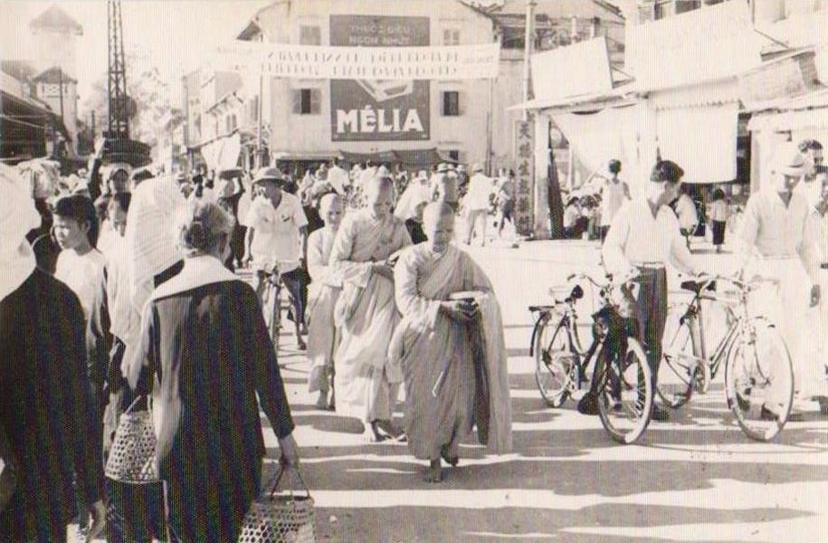 Nghi thức của tôn giáo trên đường phố Cần Thơ năm 1955