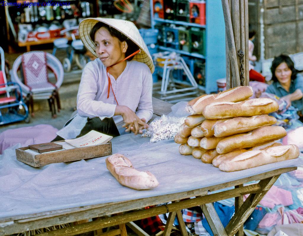 Người bán bánh mì ở chợ Mỹ Tho năm 1969   Photo by Lance Cromwell