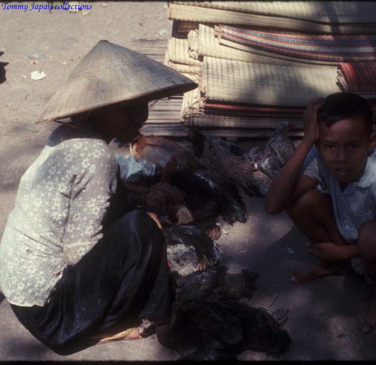 Người bán gà ở chợ Long Xuyên An Giang năm 1965