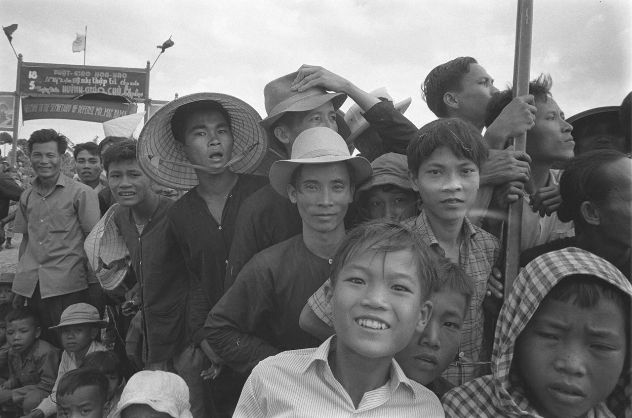 Người dân háo hức đón sự kiện tướng McNamara đến thăm tỉnh Long Xuyên năm 1964