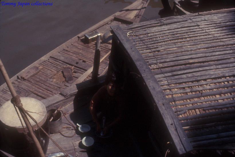 Người dân sinh hoạt trên ghe thuyền ở Long Xuyên An Giang năm 1965   Photo by Robert D