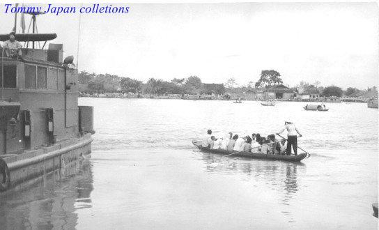 Người đưa đò chở đông đúc người qua sông năm 1965