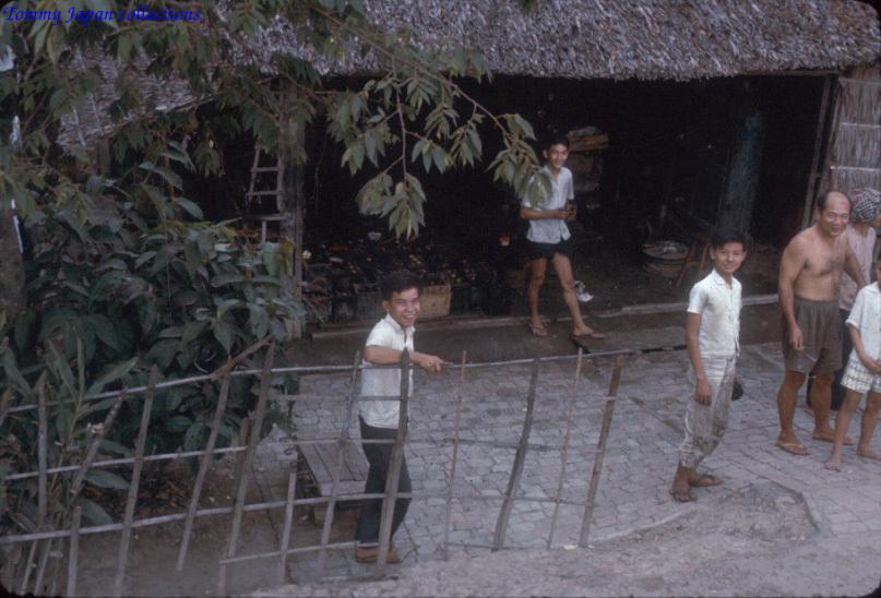 Nhà dân quen vùng quốc lộ Châu Đốc năm 1965   Photo by Robert D