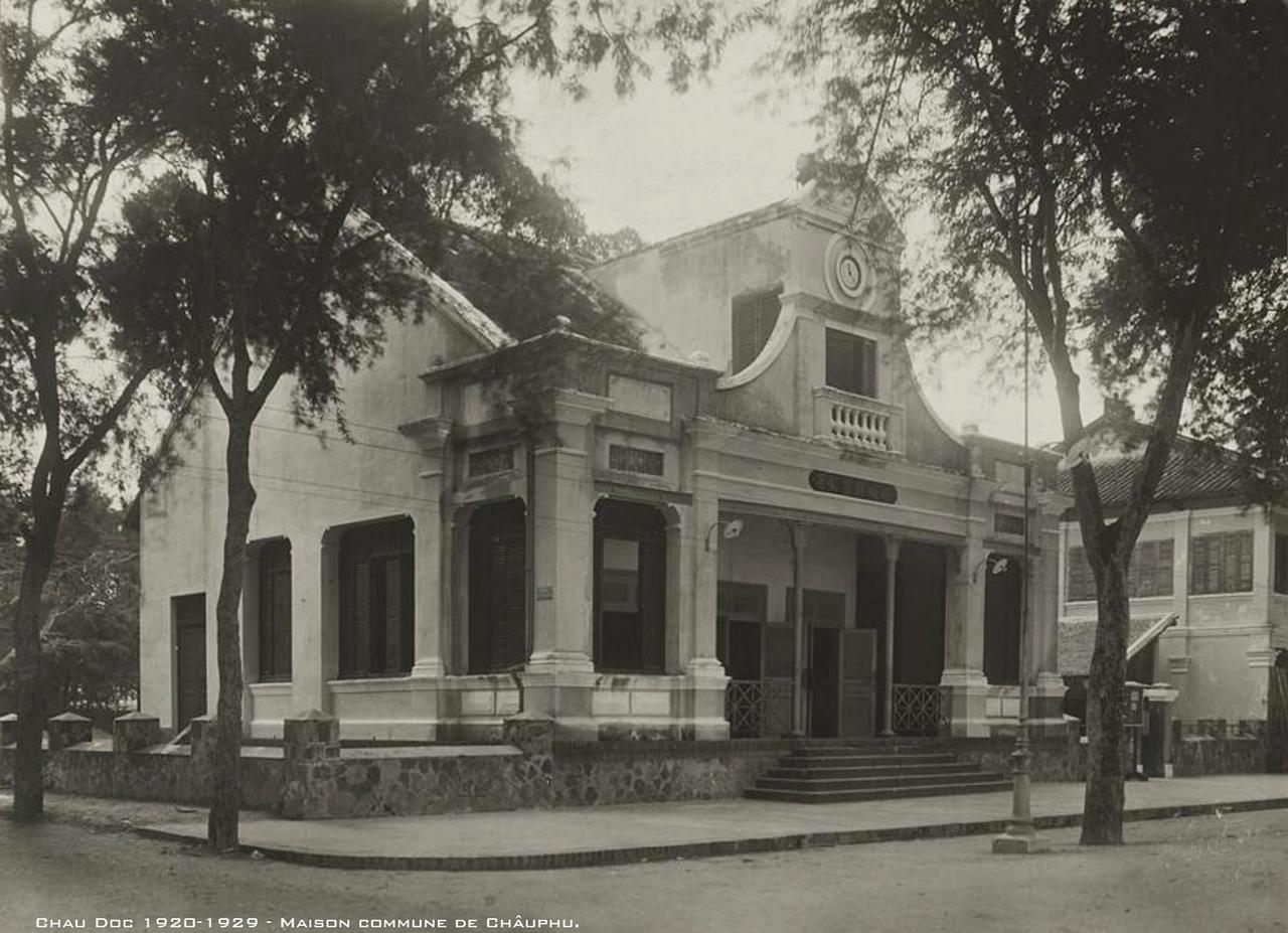 Bên ngoài nhà làng Châu Phú, Châu Đốc thập niên 1920s