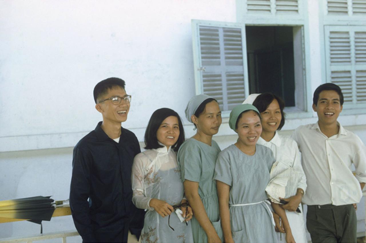 Nhân viên bệnh viện tỉnh Long Xuyên   Từ trái qua phải Mr Liem, Miss Liang, Mrs Ngo, Miss Chau, Miss Dac và Mr Tang