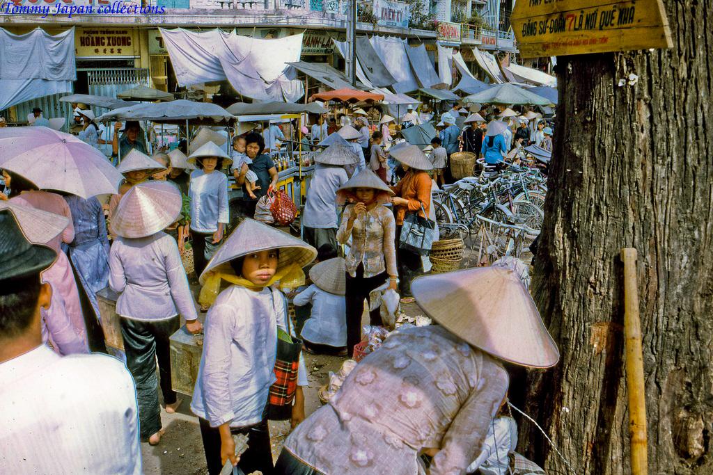 Những cô gái ở chợ Mỹ Tho năm 1969   Photo by Lance Cromwell