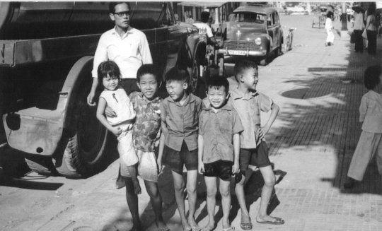 Những đứa trẻ cười đùa chụp hình trên đường phố Cần Thơ năm 1965