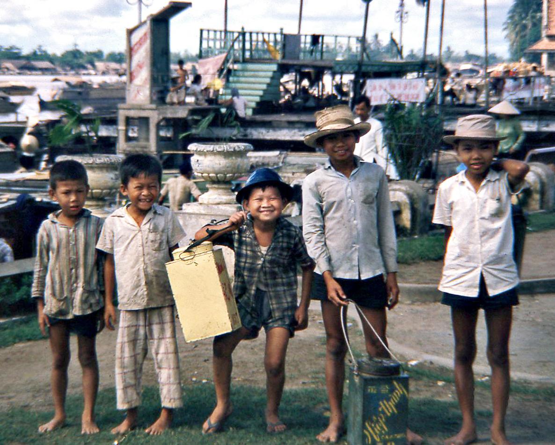 Những đứa trẻ đường phố vui vẻ chụp hình ở khu vực bến Ninh Kiều Cần Thơ năm 1966-1967 | Photo by Waynecam