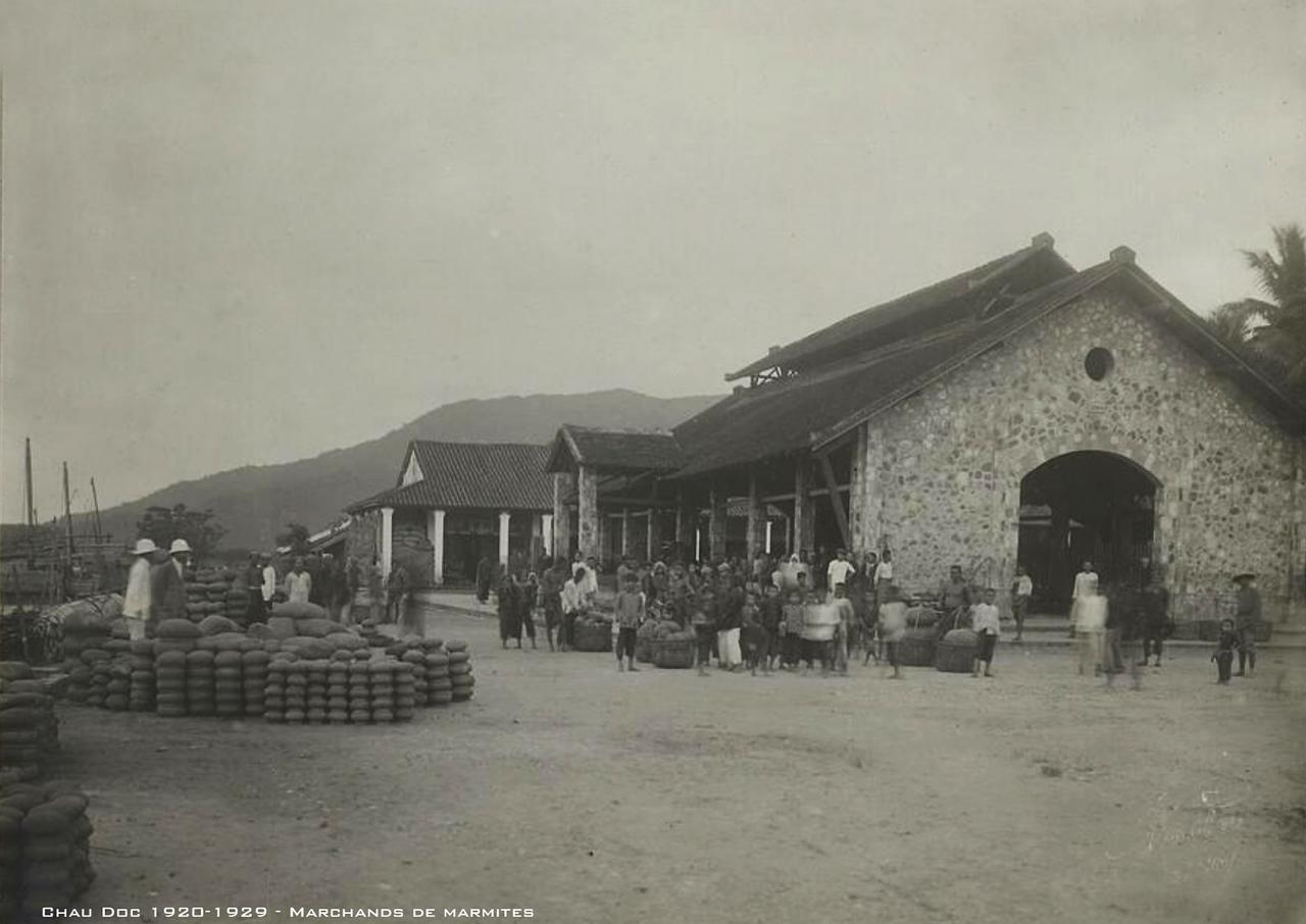 Những người bán nồi đất ở Châu Đốc thập niên 1920s