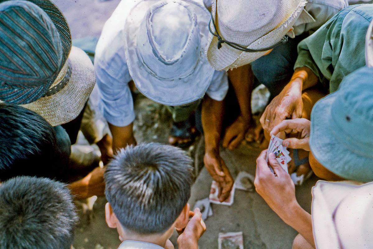 Những người lao động chơi bài trong giờ nghỉ trưa năm 1969