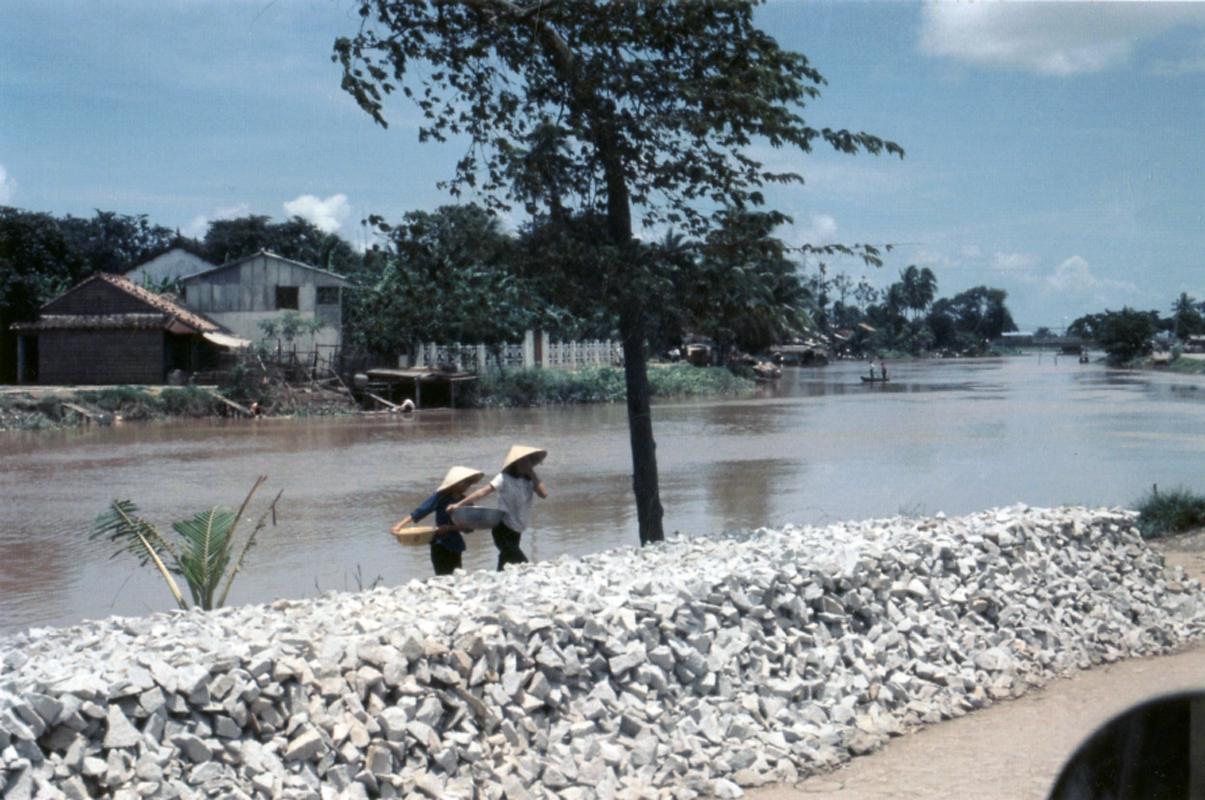Những người phụ nữ gánh hàng ven sông