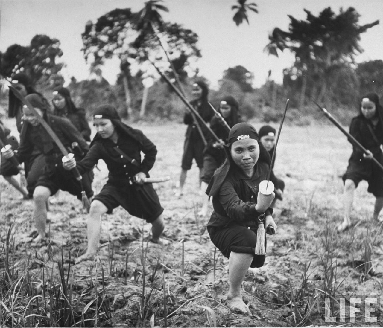 Những nữ tu được huấn luyện trong rừng của Phật Giáo Hòa Hảo năm 1948