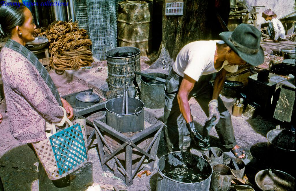 Nhuộm quần áo chợ Mỹ Tho năm 1969   Photo by Lance Cromwell