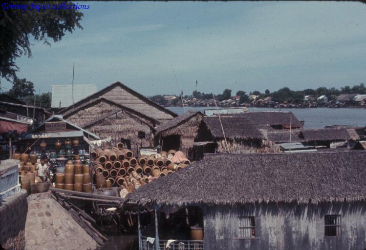 Nơi bán các lu nước ở Long Xuyên - An Giang năm 1965   Photo by Robert D