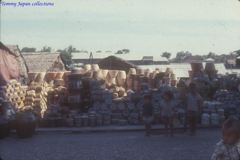 Những đứa trẻ chơi ở nơi chứa các lu nước ở Long Xuyên - An Giang năm 1965   Photo by Robert D
