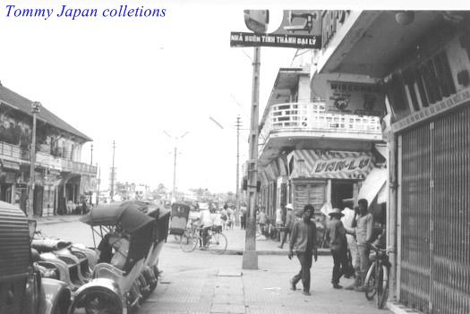 Nơi đậu xe xích lô ở trung tâm thành phố Cần Thơ năm 1965 (Hiện nay có thể đây là quán cà phê Amavo) | Photo by Robert Payette