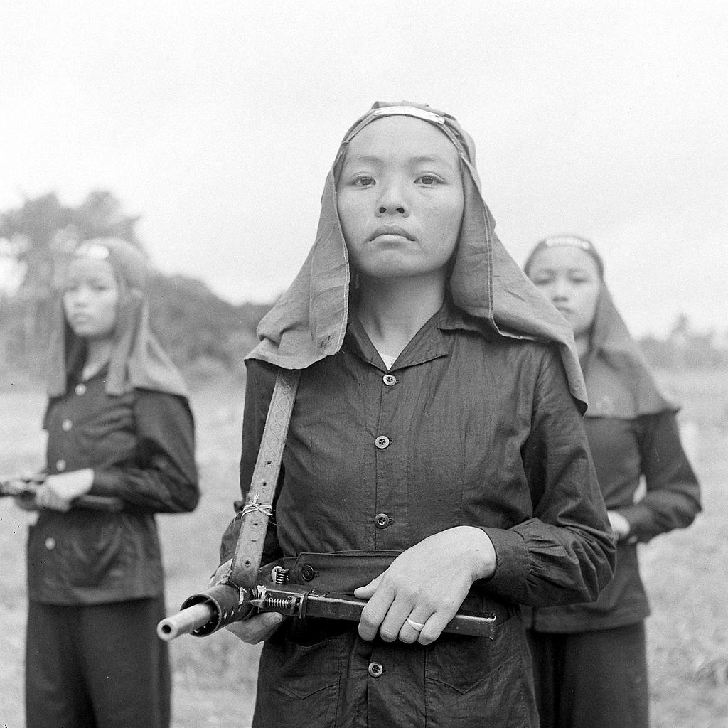 Nữ binh Phật Giáo Hòa Hảo tập bắn súng cho chiến tranh năm 1948