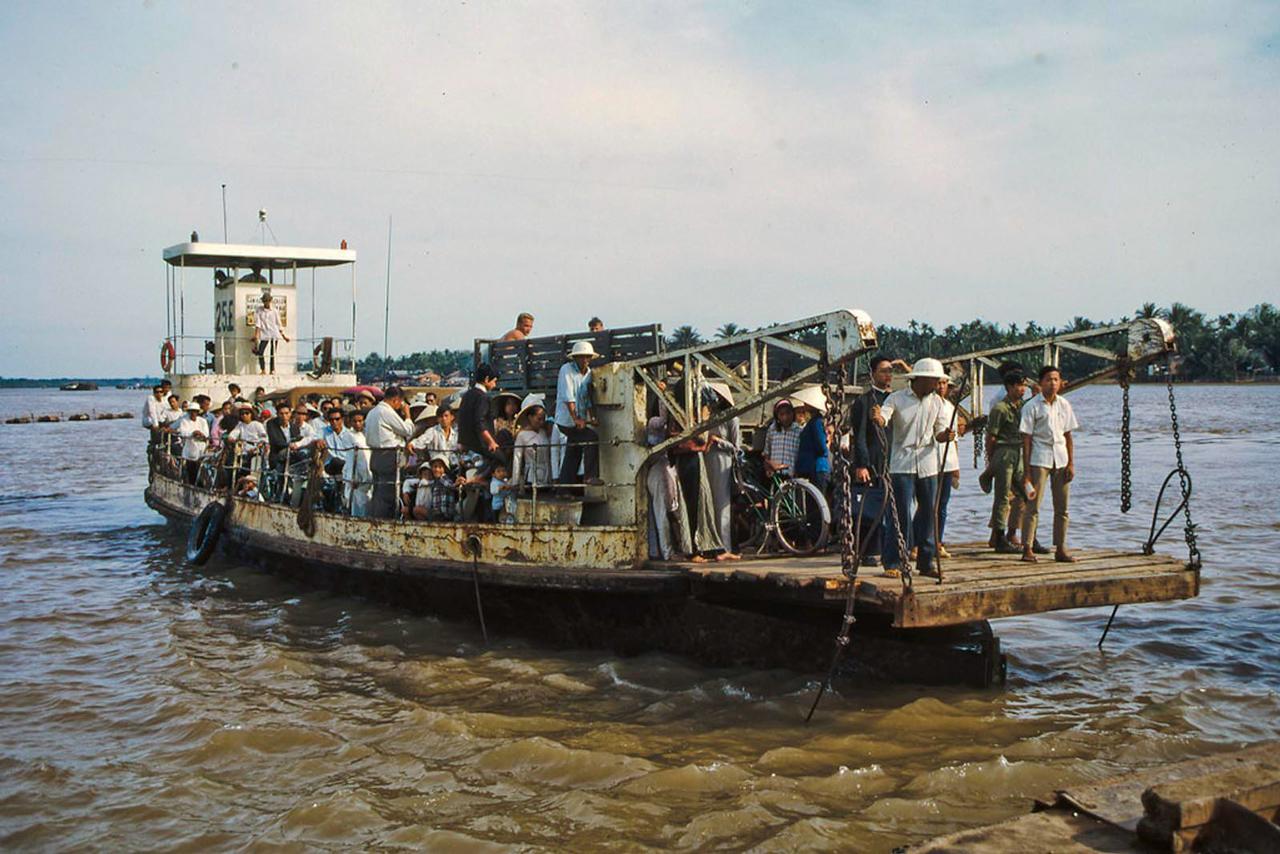 Phà Mỹ Tho đi Kiến Hòa tháng 1 năm 1969   Photo by Lance Nix