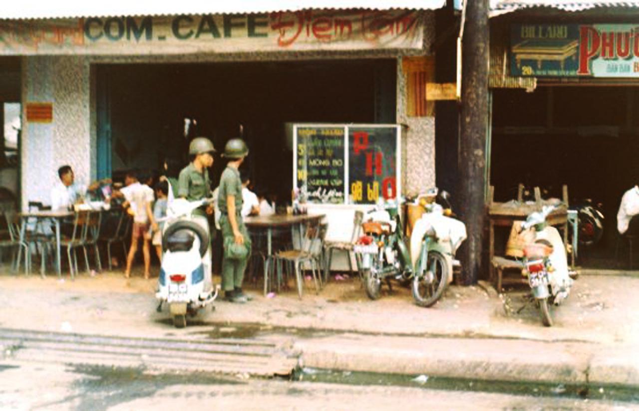 Quán cơm và cà phê trên một con phố