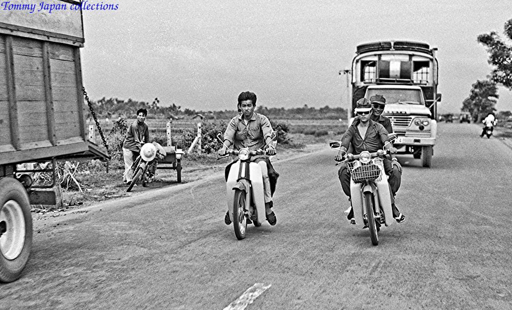 Xe lưu thông trên Quốc lộ 1 giữa Mỹ Tho và Sài Gòn năm 1969   Photo by Lance Cromwell