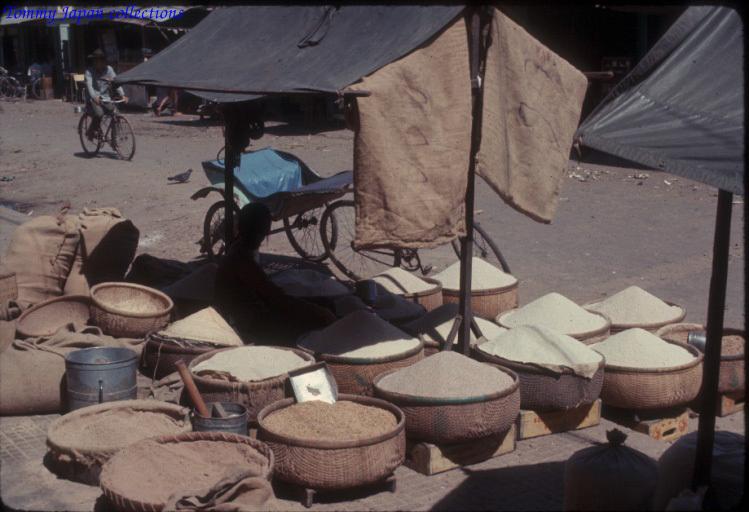 Sạp bán gạo thóc ở khu chợ tại Long Xuyên An Giang năm 1965   Photo by Robert D