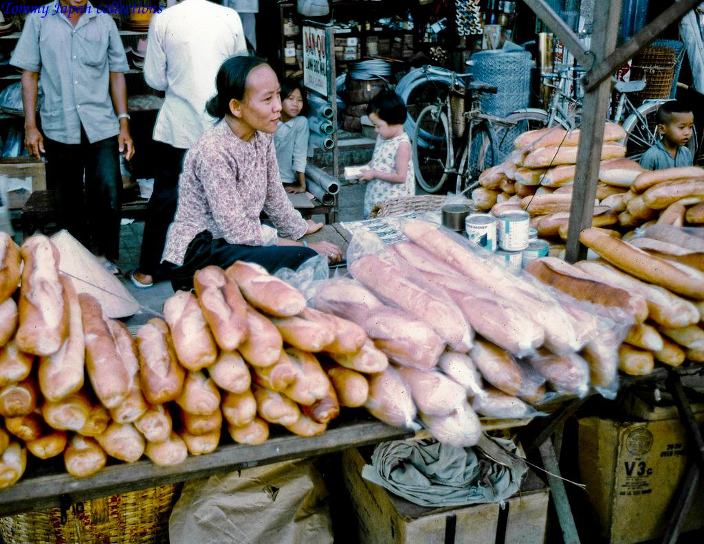 Sạp bánh mì tươi chợ Mỹ Tho năm 1969   Photo by Lance Cromwell