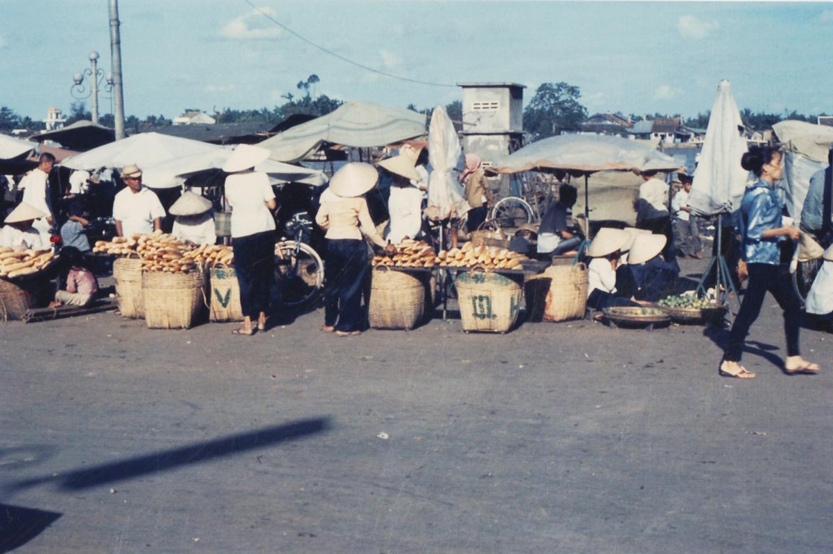 Sạp hàng bánh mì ở chợ Cần Thơ