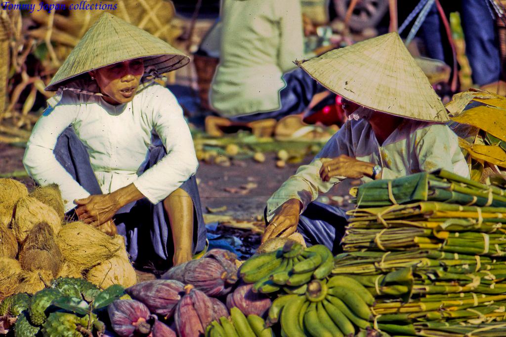 Bày bán trái cây và rau củ ở chợ Mỹ Tho tháng 1 năm 1969   Photo by Lance Cromwell