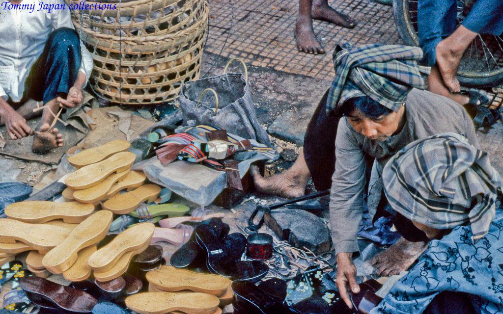 Một sạp guốc gỗ bày bán ở chợ Mỹ Tho năm 1969   Photo by Lance Cromwell