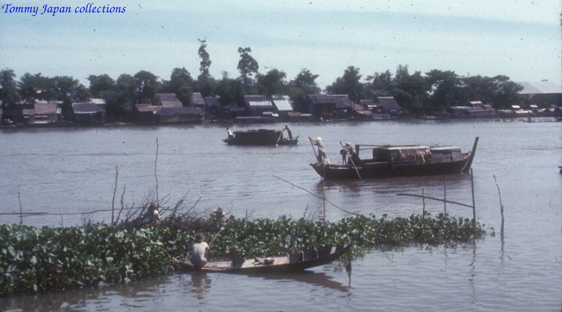 Tàu thuyền ở trên sông tại Long Xuyên An Giang năm 1965   Photo by Robert D