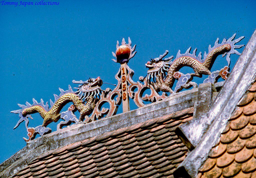 Kiến trúc trên mái ở Thánh Tịnh Minh Đức ở Mỹ Tho tháng 1 năm 1969   Photo by Lance Cromwell