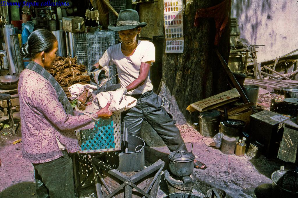Thợ nhuộm đồ chợ Mỹ Tho năm 1969   Photo by Lance Cromwell