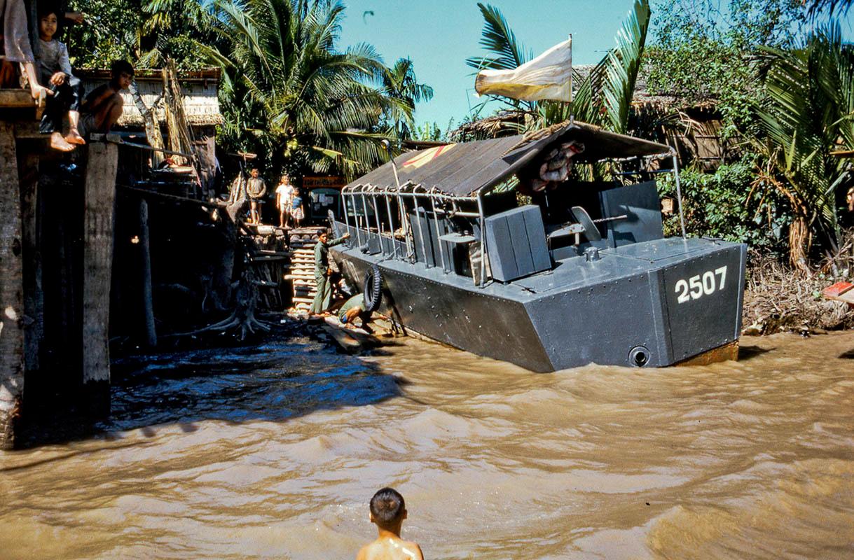 Thuyền chiến của quân đội VNCH trên bờ Nam của đảo Dừa (Khu vực Tiền Giang)