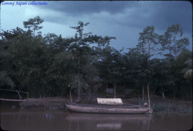 Thuyền đậu ven sông Châu Đốc năm 1965   Photo by Robert D